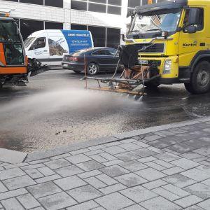 Turun Humalistonkatua siivotaan hiekoitushiekasta.