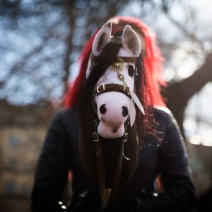 Alisa Aarniomäki. Keppariharrastajat. Keppihevoset. Verna-keppihevonen. Hobbyhorse Revolution.