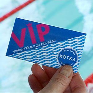 Kotkan kaupunki antaa pitkäaikaistyöttömille VIP-kortin, jolla pääsee uimaan sekä kuntoilemaan uimahallien kuntosaleille kerran viikossa.