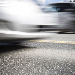 Kulunutta asfalttia ja liike-epäteräviä autoja.