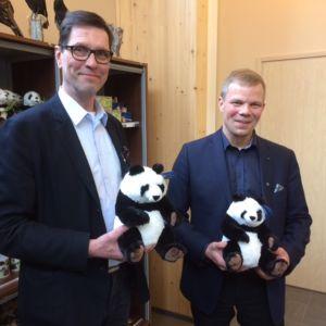 Ähtäri Zoon toimitusjohtaja Juhani Haapaniemi ja Ähtärin kaupunginjohtaja Jarmo Pienimäki iloitsevat pandasopimuksesta.