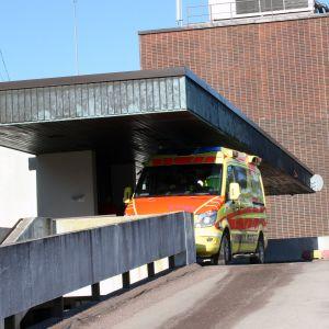 Ambulanssi Kymenlaakson keskussairaalalla.