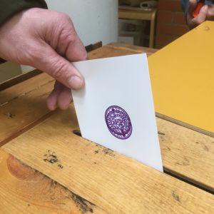 Äänestyslippu ja vaaliuurna.