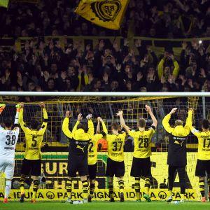 Dortmundin jalkapallojoukkue tervehtii kannattajiaan.