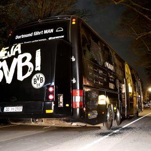 Borussia Dortmundin joukkuetta kuljettaneen bussin lähellä räjähti tiistai-iltana.