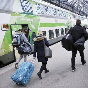 Pääsiäisen menoliikennettä kiirastorstaina 2016 Helsingin Rautatieasemalla.