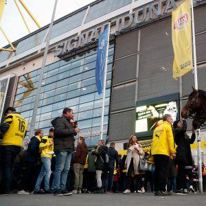 Kannattajia Dortmundin kotistadionin ulkopuolella.