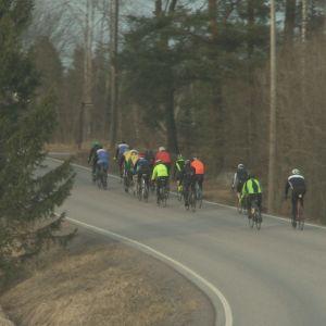 Pyöräilijät tiellä