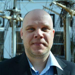 merimies seisoo laivan edustalla