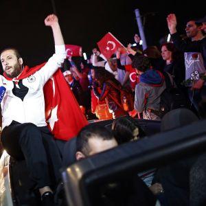Turkin presidentin kannattajat juhlivat kansanäänestyksen voittoa sunnuntai-iltana Istanbulissa.