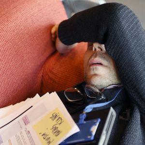 Työntekijä nukkuu sohvalla.
