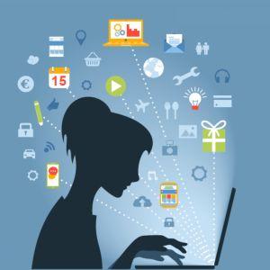 nainen tietokoneen ääressä