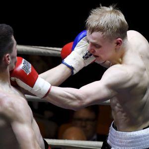 Antti Hietala (pun) ja Novak Radulovic (sin)ottelivat Helsingin kisahallissa Fight Night -ammattinyrkkeilytapahtumassa lauantaina 25. maaliskuuta 2017.