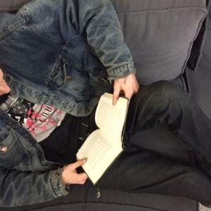 poika lukee sohvalla