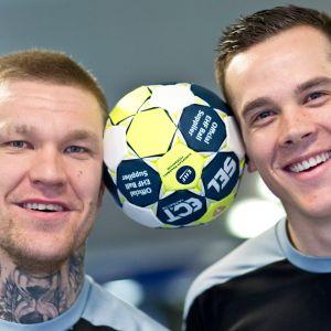 Tamminen ja Rönnberg pilailevat pallon kanssa kuvauksissa