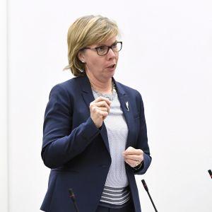 RKP:n puheenjohtaja Anna-Maja Henriksson eduskunnan kyselytunnilla Helsingissä 27. huhtikuuta