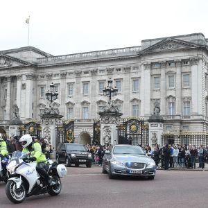 Theresa May lähdössä Buckinghamin palatsista kuningatattaren tapaamisen jälkeen Lontoossa keskiviikkona.