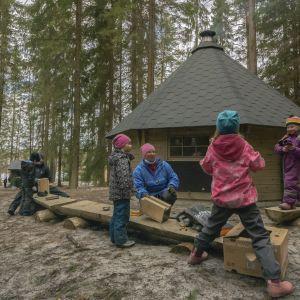 Metsäeskarilaiset mutterimajalla.