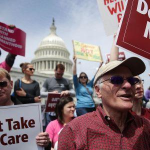 Ihmiset osoittivat mieltään Obamacaren purkamista vastaan Washingtonissa 4. toukokuuta.