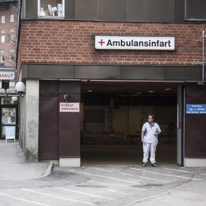 Sairaanhoitaja Karoliinisen instituutin päivystysosaston ovella.