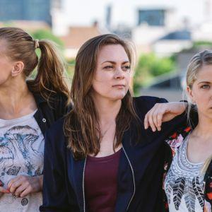 Nuoret ja lupaavat -sarjan päähenkilöt ovat Nenne (Gine Cornelia Pedersen), Elise (Siri Seljeseth) ja Alexandra (Alexandra Gjerpen).