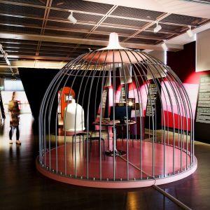 Helsexinki-näyttelyssä on intiimeihin muotoihin kaartuvia näyttelyrakenteita.