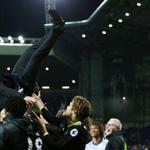 Pelaajat heittävät Antonio Conten ilmaan.