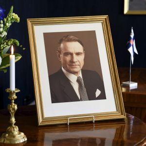Perjantaina 12. toukokuuta kuolleen presidentti Mauno Koiviston muistovalokuva avoimien ovien päivänä presidentinlinnan työhuoneessa Helsingissä lauantaina 13. toukokuuta 2017.