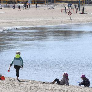 Lapset leikkivät Hietaniemen uimarannalla Helsingissä 14. toukokuuta.