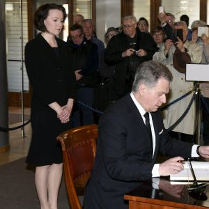 Presidentti Sauli Niinistö kirjoitti edesmenneen presidentti Mauno Koiviston surukirjaan tiistaina Presidentinlinnassa Helsingissä 16. toukokuuta 2017.