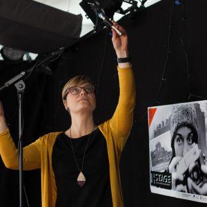 Nainen säätää mikrofonia