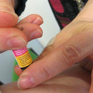 Jäykkäkouristusrokotus pistetään potilaaseen.