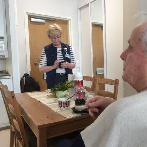 kotihoitaja Eija Viita ja asiakas Oiva Pöyhönen