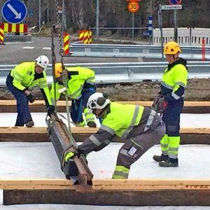 Työmiehiä asentamassa Tampereen raitiotien ensimmäistä raidetta Hervannassa