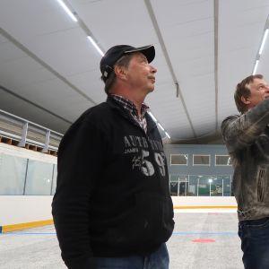 Jorma Ahonen ja Hannu Kopola katselevat jäähallin kattorakenteita.