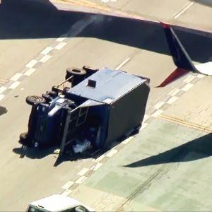 Lentokoneen ja rekan törmäys Los angelesissa.