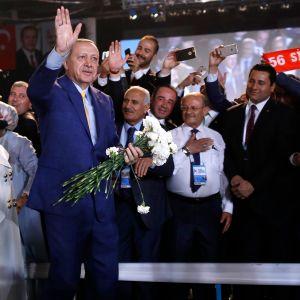Turkin presidentti Recep Tayyip Erdoğan valittiiin AKP:n johtajaksi Ankarassa järjestetyssä puoluekokouksessa. Vasemmalla on hänen vaimonsa Emine.