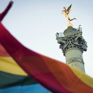 Sateenkaarilippu, taustalla Bastiljin aukiolla sijaitseva Colonne de Juillet, heinäkuun pylväs, joka on pystytetty vuoden 1830 vallankumouksen uhrien muistoksi.