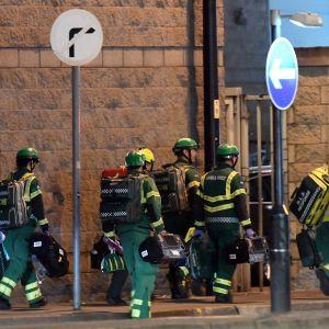 Pelastustyöntekijöitä Manchester Arenan edustalla.