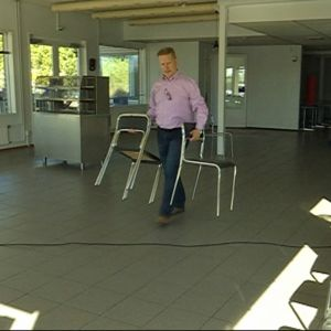 Mies raahaa tuoleja