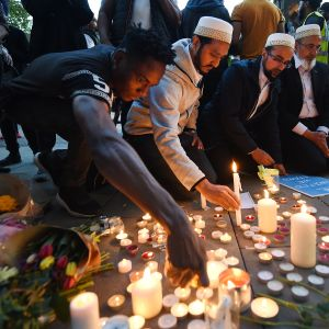 Ihmiset muistivat itsemurhaiskun uhreja Manchesterissa Britanniassa tiistaina 23. toukokuuta 2017.