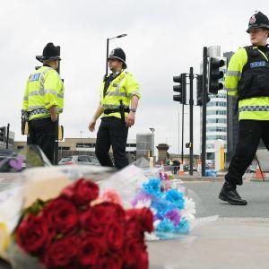 Poliiseja Manchesterin areenan edustalla.