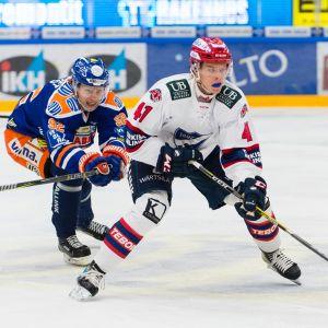 HIFK:n Miro Heiskanen kiekossa.