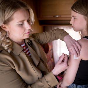 Nuori tyttö saa TBE-rokotuksen.