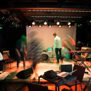 Bändi tekee sound checkiä Muusikkojen Liiton klubilla, G Livelabissa.