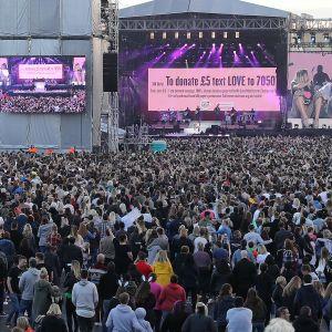 Ariana Grande ja Miley Cyrus lavalla One Love Manchester -konsertissa 4. kesäkuuta.