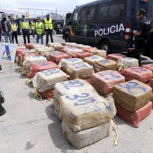Poliiseja, poliisin pakettiautoja ja isoja paketteja, joiden sisällä kokaiinin kerrotaan olleen.