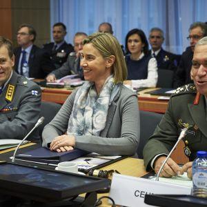 Kenraaliluutnantti Esa Pulkkinen (vas.) johtaa EU:n sotilasesikuntaa. Se toimii Federica Mogherinin johtaman ulkosuhdepalvelun puitteissa. Kuvassa oikealla EU:n sotilaskomitean puheenjohtaja, kenraali Mihail Kostarakos.