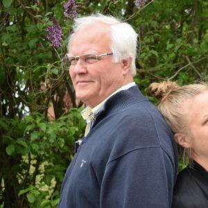 isä ja tytär nojaavat toisiinsa selkä selkää vasten