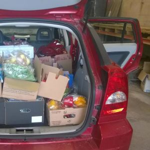 Vaasan Lähimmäisyhdistyksen vapaaehtoisen auto täynnä ruokaa